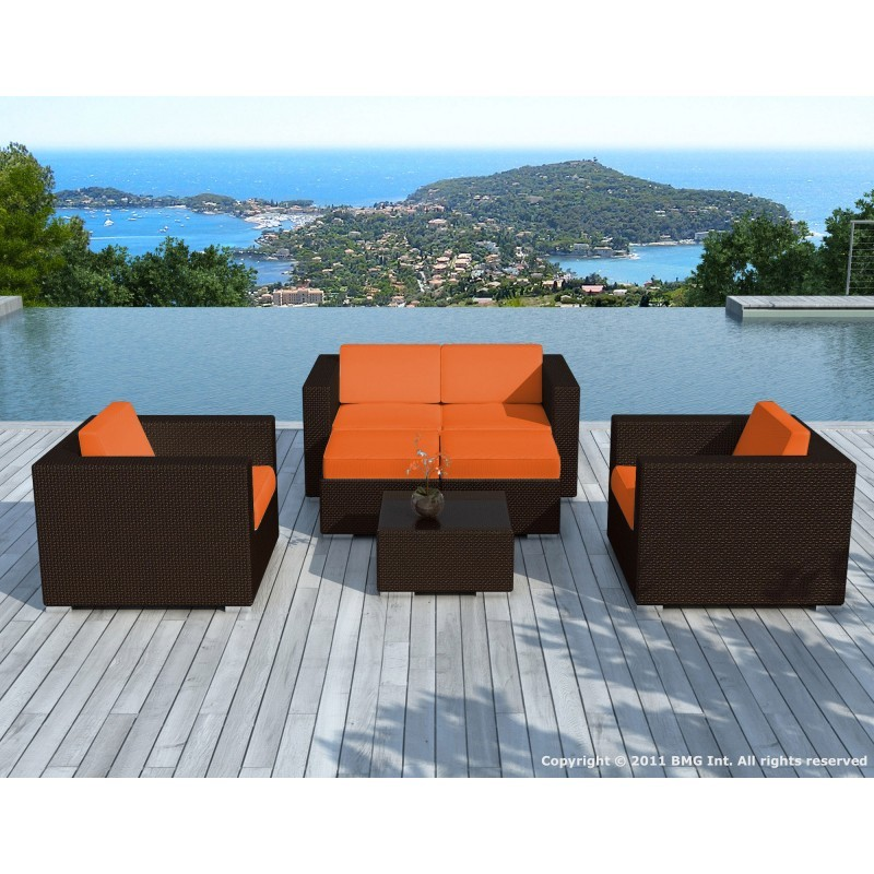 Salon de jardin 6 places KUMBA en résine tressée (marron, coussins orange)