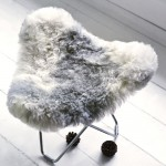 Sheepskin foot rests, short hairs FLYING GOOSE ICELAND chrome foot (white, grey)